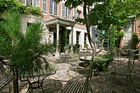 OUTER COURTYARD, HOTEL ´LA MAISON DE LUCIE´, LA CHAUMIERE, HONFLEUR, CALVADOS 14, NORMANDY, FRANCE