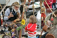 MUSICIAN AND MARIONETTE FOR THE YOUNG AND OLD, SAINT_AUBIN MARKET, TOULOUSE, HAUTE_GARONNE 31, FRANCE