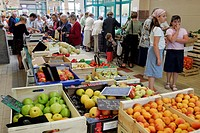 FRUIT AND VEGETABLE STALL, SAINT_SERVAN MARKET, SAINT_MALO, ILLE_ET_VILAINE 35, FRANCE