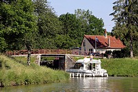 PLEASURE BOATING ON THE BURGUNDY CANAL, PACY_SUR_ARMANCON, YONNE 89, BURGUNDY, FRANCE