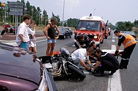 PRELIMINARY TREATMENT OF A MOTORCYCLIST IN A ROAD ACCIDENT, NICE, ALPES_MARITIMES 06, FRANCE
