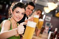 Freunde trinken Bier in Bar
