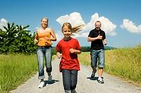 Familie joggt im Sommer