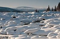 Verschneiter Fluß