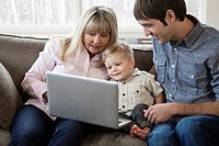 Family using laptop (thumbnail)