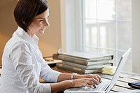 Woman using internet (thumbnail)