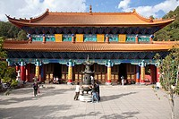 People in front of Yuantong Temple, largest Buddhist temple complex at Kunming, Yunnan, People´s Republic of China, Asia