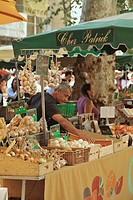 Market stall with onions and garlic, Aix_en_Provence, Provence, France, Europe