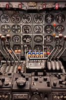 Cockpit and engine controls of a Boeing 707