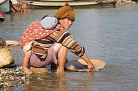 Washing for gold along the Ayeyarwady river. Myit Son is the place where the rivers Maikha und Malikha come together and built the Ayeyarwady river. M...