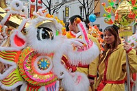 PARADE OF DRAGONS AND YOUNG WOMAN IN TRADITIONAL COSTUME DURING THE CHINESE NEW YEAR, 13TH ARRONDISSEMENT, PARIS 75, FRANCE