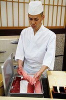 Japan, Tokyo, Takashi Saïto, sushi master, in his 6 places restaurant, Tuna more or less greasy.