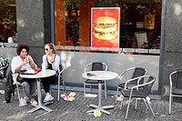 Girls eating hamburgers on a terrace, streetscene, Utrecht, Netherlands
