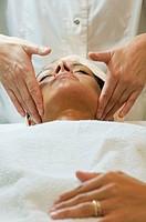 estetista che massagia il viso