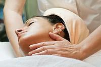 estetista che massaggia il viso