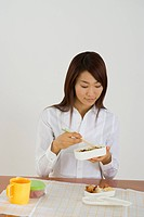 Young woman eating lunch
