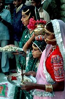 INDIA, RAJASTHAN, YOUNG GIRLS PARTICIPATING IN WELCOME CEREMONY