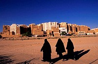 YEMEN, WADI HADRAMAWT, VIEW OF SHIBAM, VEILED WOMEN, ´MANHATTAN OF THE DESERT´
