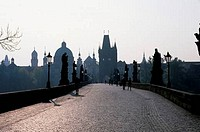 CZECH REPUBLIC, PRAGUE, CHARLES BRIDGE, VIEW OF OLD TOWN BRIDGE TOWER