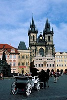 CZECH REPUBLIC, PRAGUE, OLD TOWN SQUARE WITH GOTHIC CHURCH OF OUR LADY BEFORE TYN, HORSE CARRIAGE