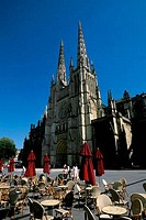 FRANCE, BORDEAUX, CATHEDRAL ST. ANDRE, SIDEWALK CAFE