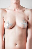 donna nuda con il seno coperto da un nastro adesivo