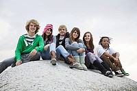 Group of friends sitting on boulder (thumbnail)