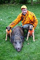 Hunter, with two Westpahlen terriers and wild boar, Lower Saxony, Germany