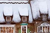 A Cotswolds gift store in a quaint thatched building in the village of Broadway  Worcestershire  UK