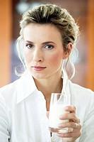 Frau trinkt ein Glas Milch, woman is drinking milk