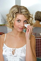Frau Wattepad Gesichtspflege Portrait Jung Entspannung Wohltuend Schoenheitspflege Hautreinigung Pflege Kosmetik Abschminken People Lifestyle Woman Gi...