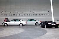 Luxury cars in front ofJumeirah Beach Hotel, Dubai, UAE, United Arab Emirates, Middle East, Asia