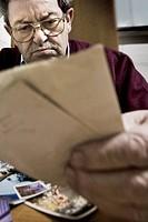 malato di alzheimer guarda vecchie fotografie di famiglia