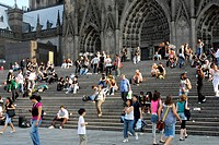 People on the steps outside the Cologne cathedral, cathedral square, Cologne, Rhineland, North Rhine-Westphalia, Germany, Europe