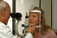 eye doctor examining patient´s eyes