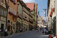 View from the Untere Schmiedgasse lane towards the Marktplatz market square, historic Rothenburg ob der Tauber, Bavaria, Germany, Europe