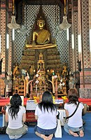 Women praying in front of a Buddha statue, Wat Arun (Tempel of the Dawn), Bangkok, Thailand, Southeast Asia