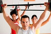 Mit Langhantel im Fitnessstudio
