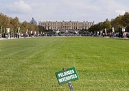 The castle of Versailles with a sign about no entrance to the grass, France Frankrike