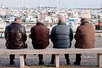 anziani in conversazione sulla banchina del porto