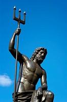 Neptun Statue mit Dreizack vor Himmel