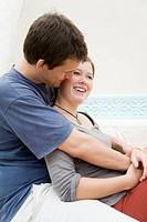 Junges Paar umarmt sich und unterhält sich lachend Model rechts: Marlene