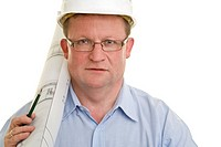 Portrait eines Bauleiters mit Architekturentwurf und Bleistift