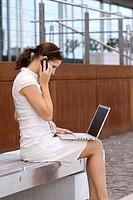 Businessfrau arbeitet draußen mit Laptop