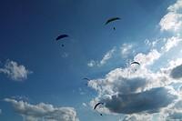 Gleitschirme und Wolken