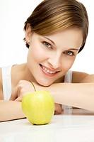junge schöne Frau mit Apfel