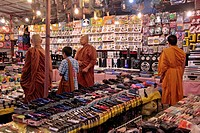 BUDDHIST MONKS AT AN APPLIANCE STALL, EVENING MARKET, BANG SAPHAN, THAILAND, ASIA