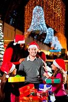 Moderne Weihnachtsmänner in Einkaufszent