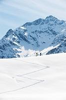 Austria, Kleinwalsertal, Couple skiing