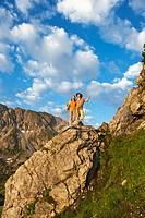 Austria, Salzburg Country, Altenmarkt_Zauchensee, Couple hiking on mountains of Niedere Tauern